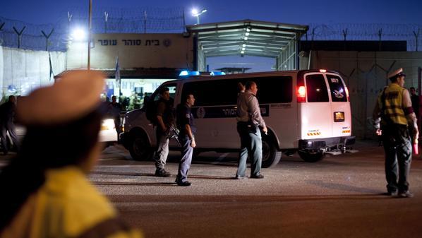 سجانون إسرائيليون يعتدون بالضرب المبرح على عشرات الأسرى الفلسطينيين