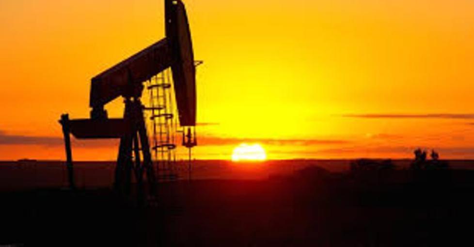 أسعار النفط تنخفض 2% لكنها تتجه لإنهاء الأسبوع على مكاسب