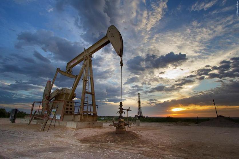 النفط يهبط مع تنامي المعروض الأمريكي والروسي والأنظار على قمة سنغافورة